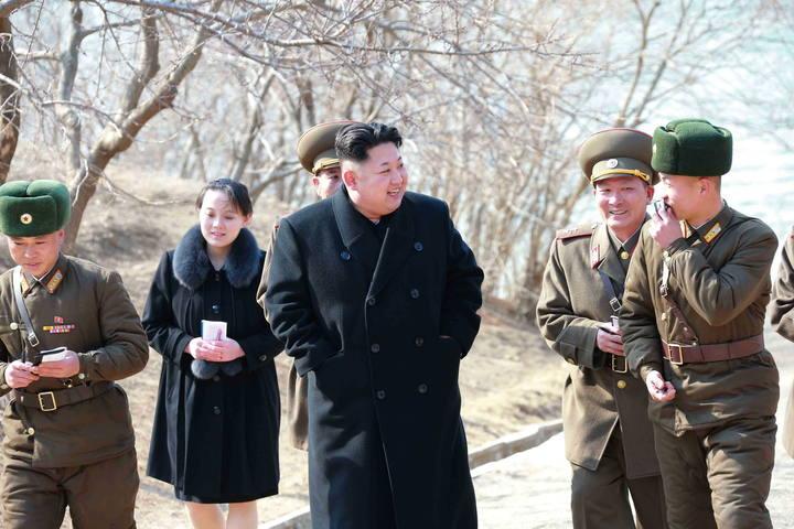 Fotografía sin fecha suministrada por la Agencia Norcoreana central de Noticias (KCNA) hoy, jueves 12 de marzo de 2015, del líder norcoreano Kim Jong-un (c), junto a su hermana, Yo-jong (atrás), mientras visita un unidad militar cerca de la frontera