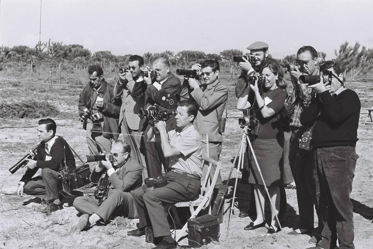 La fotógrafo Joana Biarnés, rodeada de sus colegas