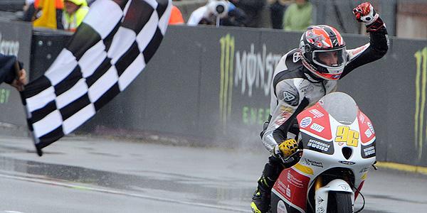 El francés Louis Rossi cruza primero la línea de meta en Le Mans.