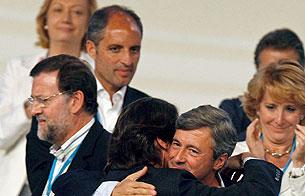 Frío saludo de Aznar y Rajoy en el Congreso del PP en Valencia en 2008