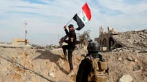 Ir al VideoLas fuerzas iraquíes expulsan al Estado Islámico del compejo gubernamental de Ramadi