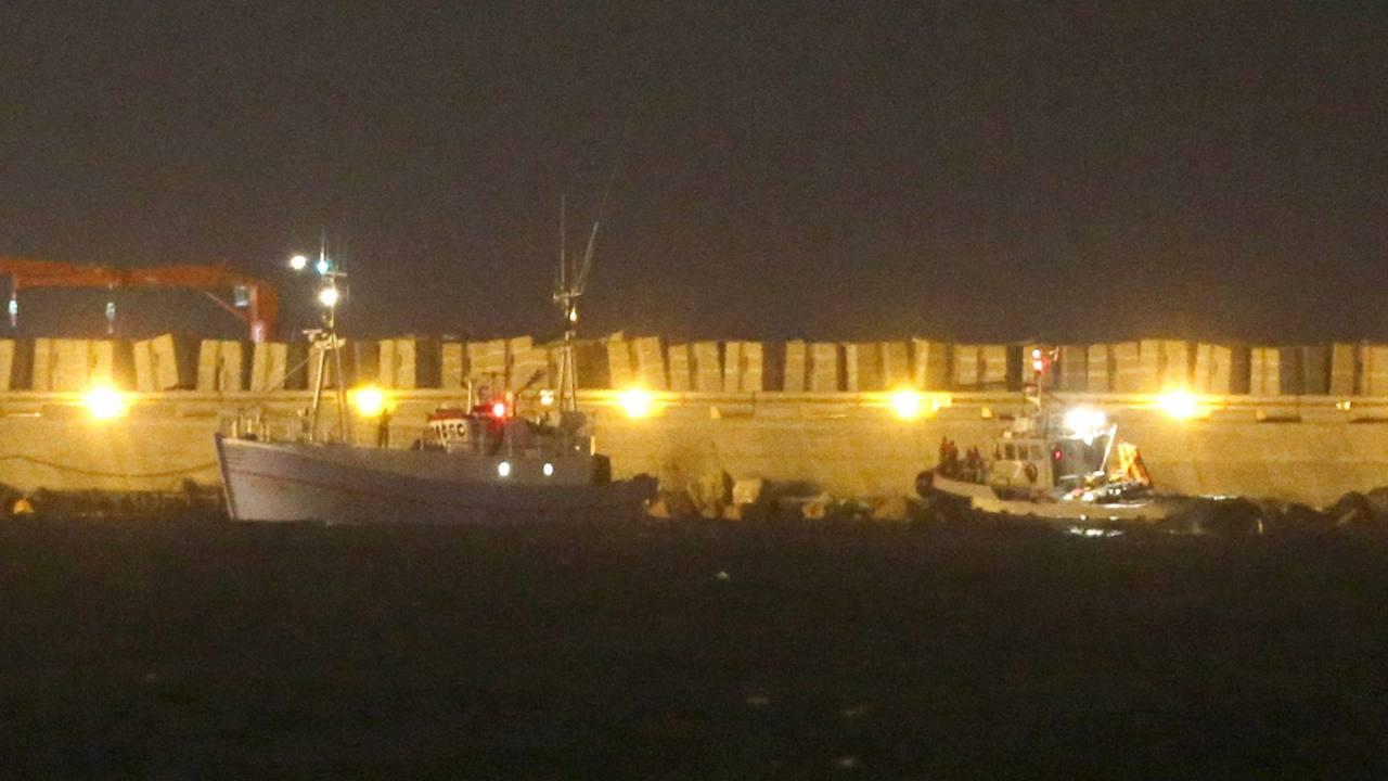 Fuerzas navales del Ejército israelí (dcha) escoltan a los activistas de la embarcación Marianne a su llegada al puerto de Ashdod, en el suroeste de Israel, el 29 de junio del 2015.