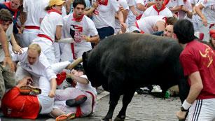 'Fugado' protagoniza tres cornadas en un tercer encierro largo de San Fermín 2012, de Cebada Gago