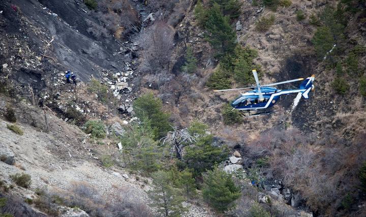 Gendarmes trabajan sobre el terreno para recuperar los cuerpos de las víctimas y recabar información.