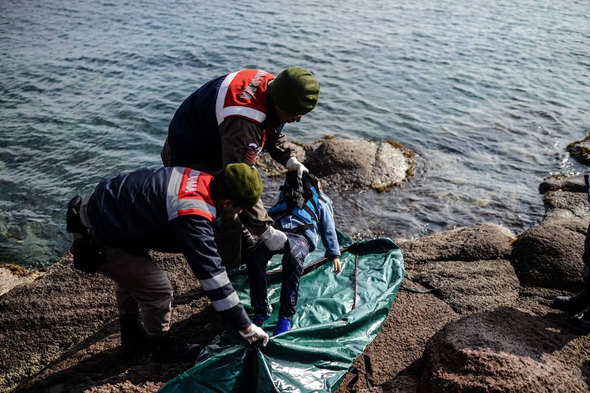 Gendarmes turcos recogen el cuerpo de un niño ahogado cuando intentaba llegar a Grecia.