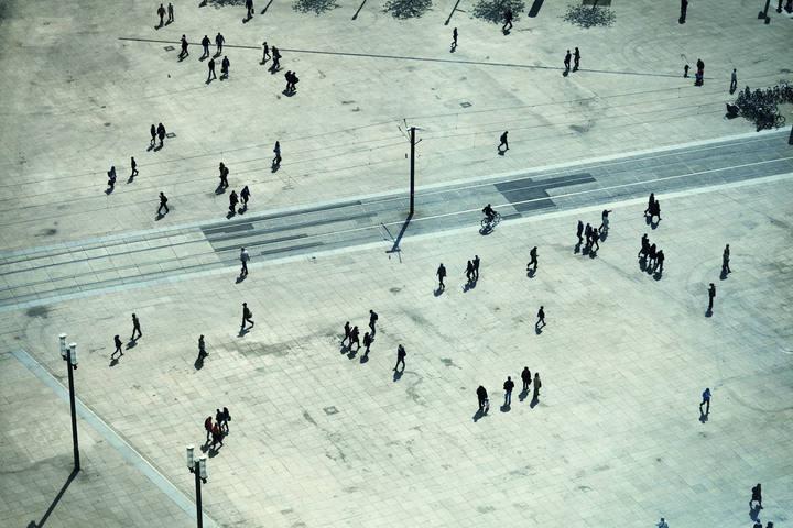 Gente paseando en Alexanderplatz, Berlín