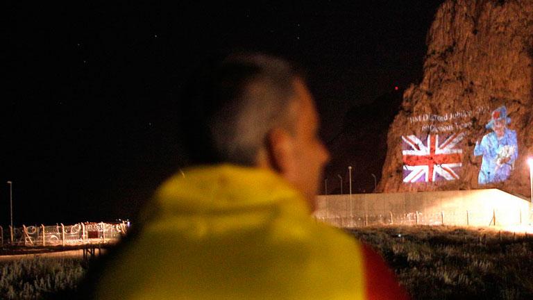 Gibraltar proyecta sobre el peñón imágenes gigantescas de Isabel II