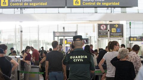 Ir al VideoEl Gobierno intensificará la presencia de la Guardia Civil en los controles de seguridad de El Prat por la huelga