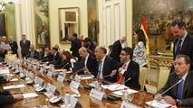 Ir al VideoEl Gobierno reconoce una reducción en la cuantía de las becas universitarias de casi 300 euros