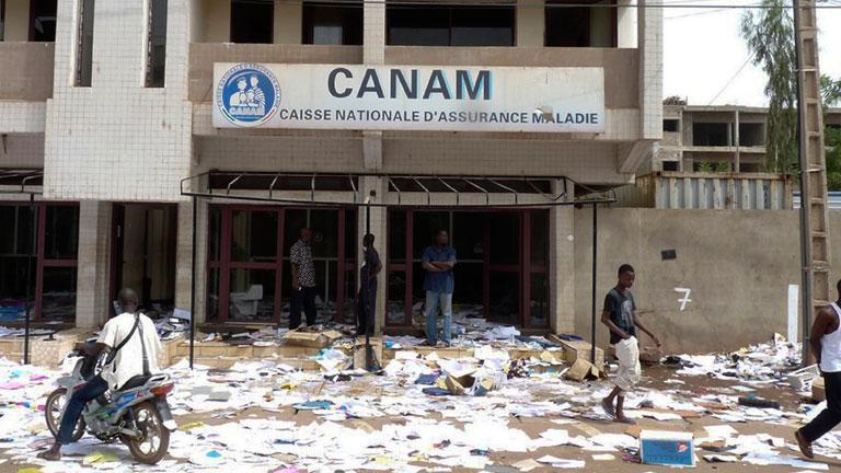 Confusión y pillaje en la capital de Mali después del golpe militar
