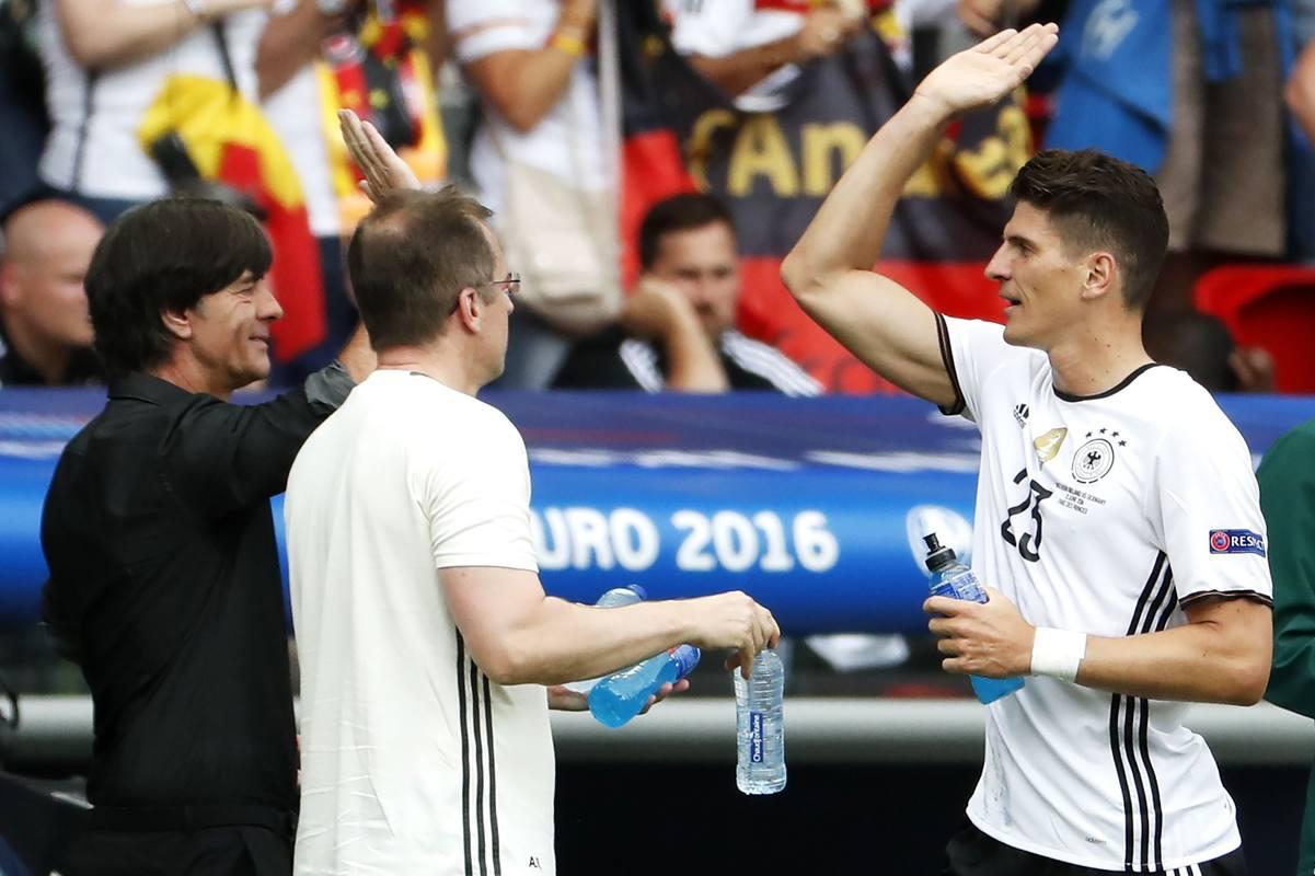 Gómez celebra su gol con Low