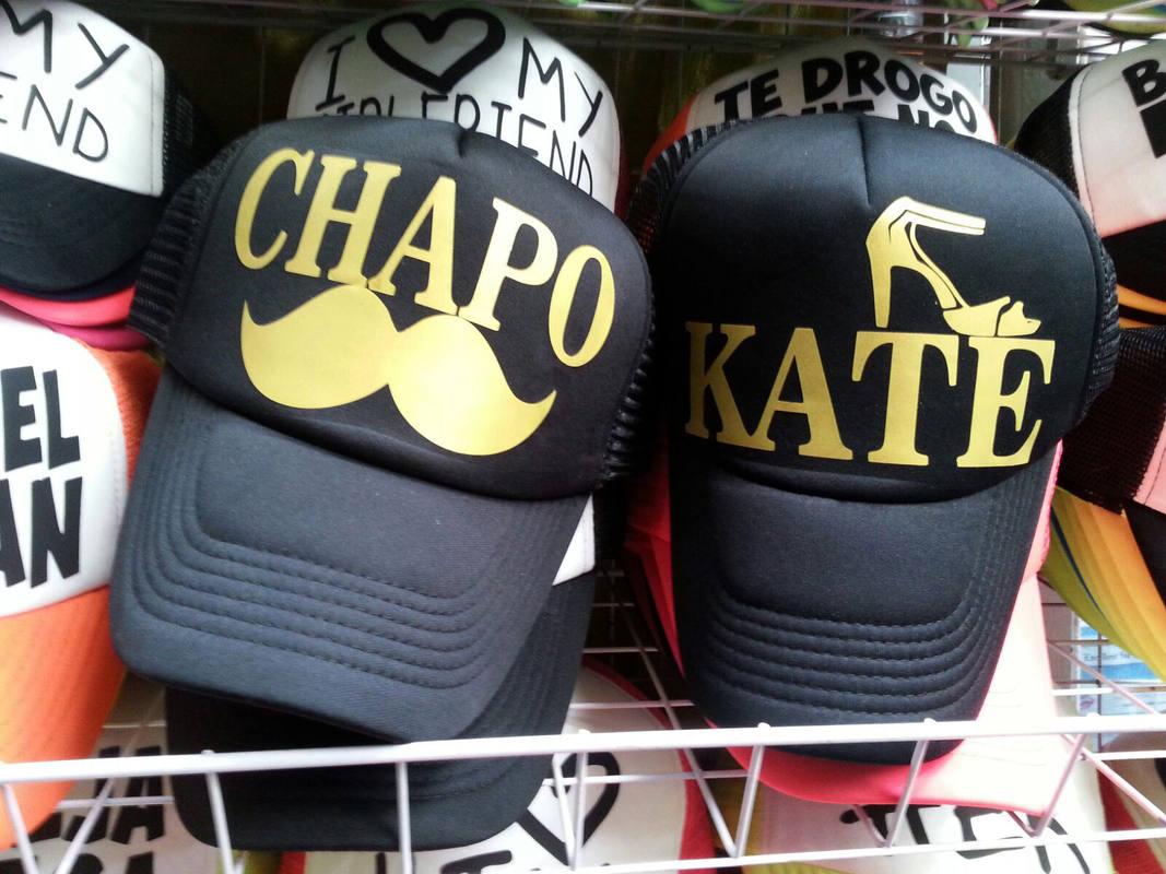 Gorras en un mercado de México D.F., alusivas al narcotraficante Joaquín 'El Chapo' Guzmán y la actriz Kate del Castillo.