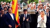Ir al VideoEl Govern de Cataluña escenifica su compromiso con el referéndum
