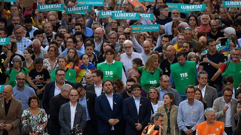 El Govern se suma a una manifestación multitudinaria en Barcelona contra el 155