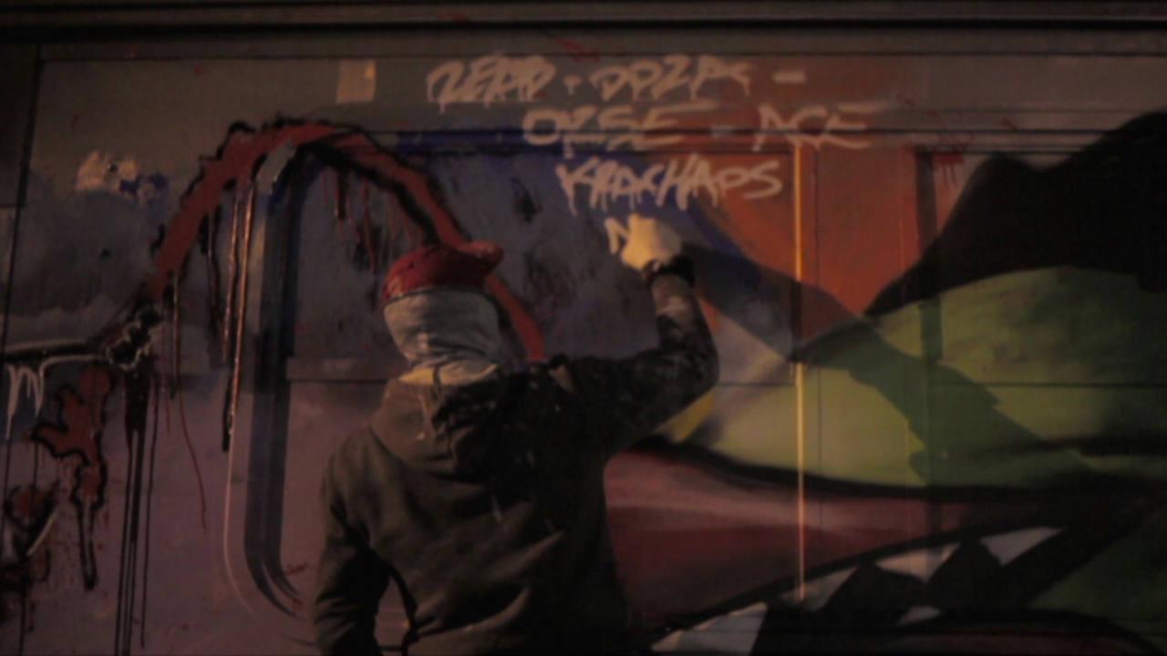 Grafitero pintando un vagón de metro