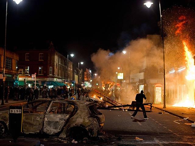 Graves disturbios en Tottenham, Londres, tras la muerte de un joven a manos de la policía