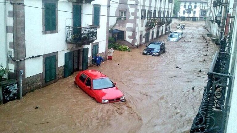 Graves inundaciones en Elizondo al desbordarse el río Baztan