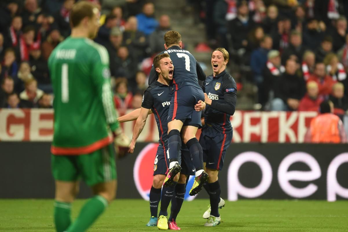 Griezmann celebra el 1-1 con Gabi y Torres