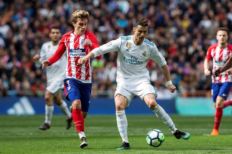Griezmann (i) pelea un balón con Cristiano en el último partido entre el Real Madrid y el Atlético
