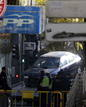 Fotogaleria: Amplio despliegue policial tras estrellarse un coche contra la sede del PP