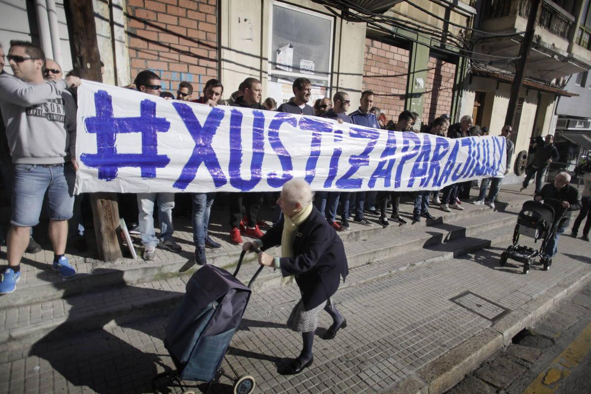 Un grupo de aficionados del Deportivo se concentró a las puertas de los juzgados de A Coruña.