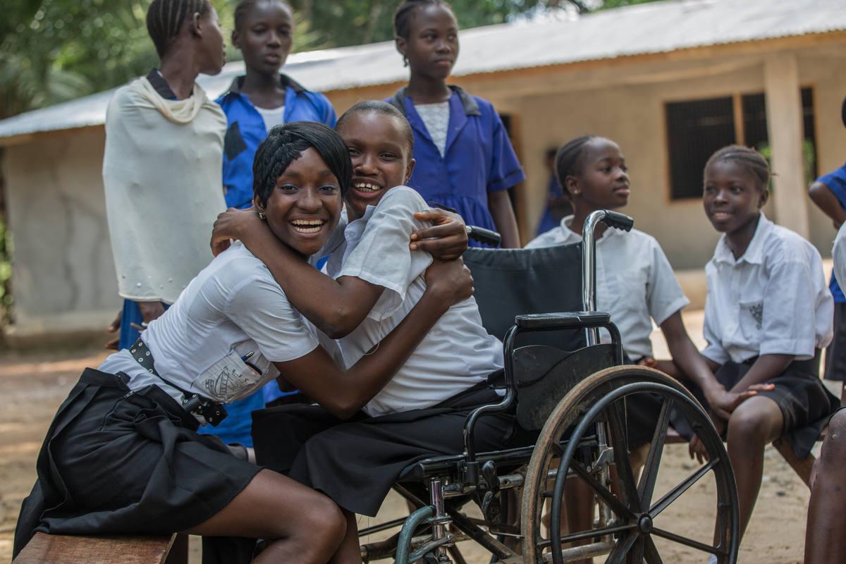 Un grupo de alumnos, entre ellos uno en silla de ruedas, en Sierra Leona