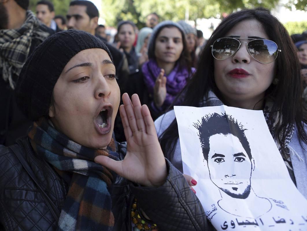 Un grupo de manifestantes sostiene un dibujo del joven parado cuya muerte ha dado origen a las protestas