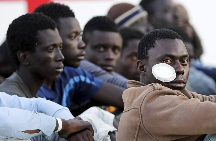Un grupo de migrantes desembarcado en el puerto de Augusta, Sicilia.