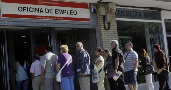 Un grupo de personas hacen cola en una de las oficinas del INEM en Madrid