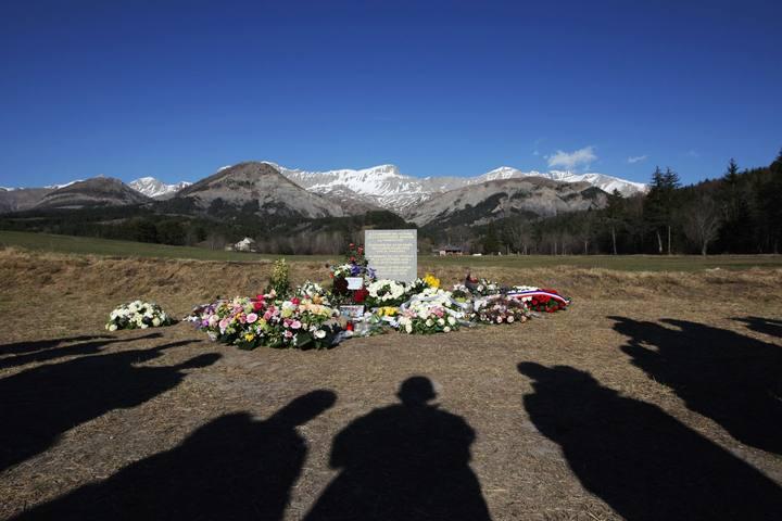 Un grupo de personas observa la estela conmemorativa de las víctimas del accidente del A320 cerca del pueblo de Le Vernet, al sureste de Francia.