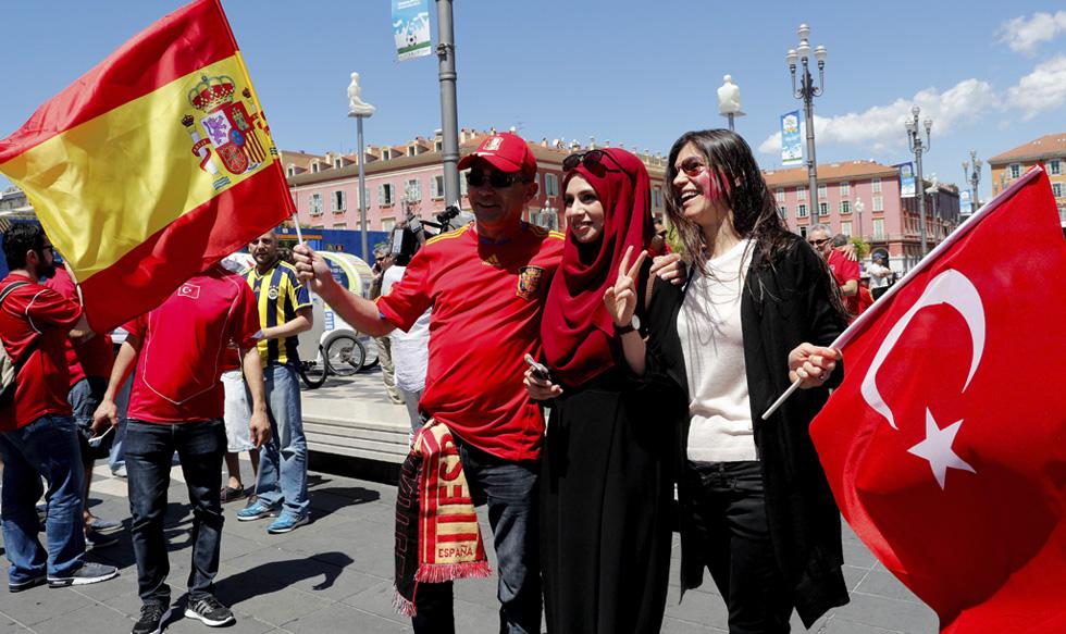 Un grupo de policías españoles acompañan a los aficionados en la Eurocopa