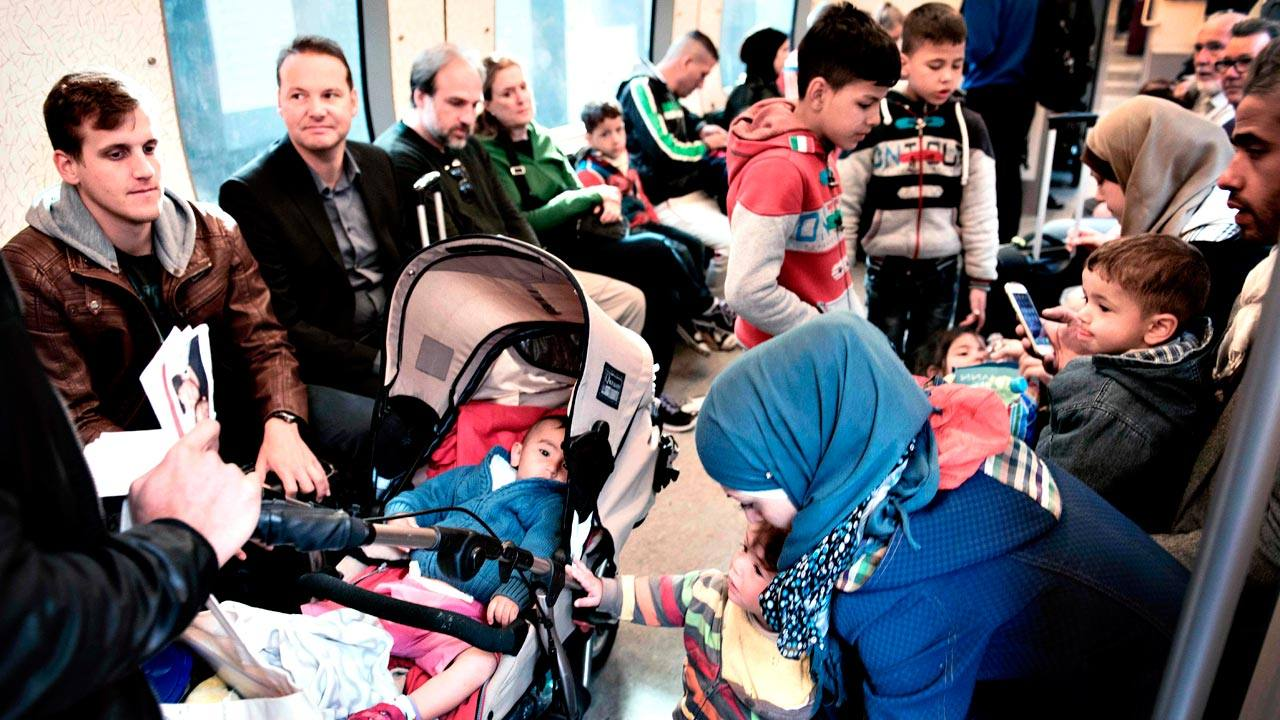 Un grupo de refugiados viaja en tren de Dinamarca a Suecia en septiembre