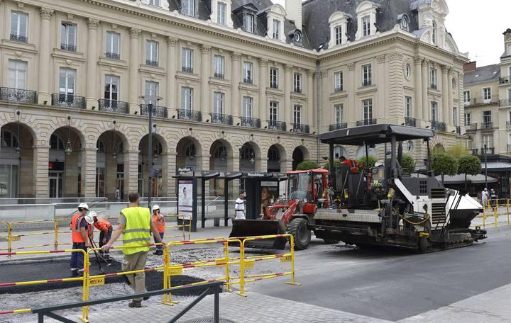 Un grupo de trabajadores asfaltan una calle en Rennes