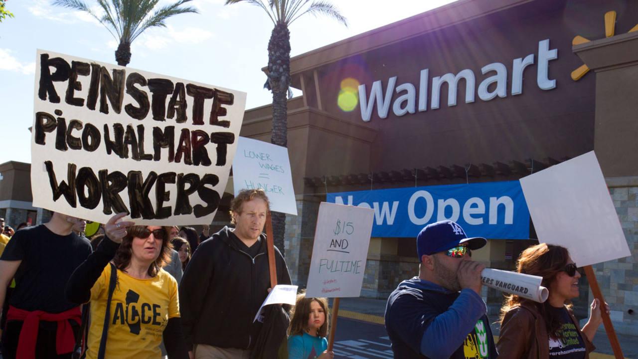 Un grupo de trabajadores de Walmart reclama subidas salariales