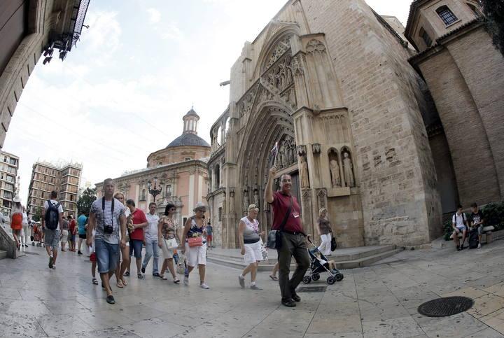 Un grupo de turistas rusos junto a la catedral de Valencia