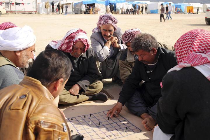 Un grupo de yazidíes juega al ajedrez en un campo d refugiados de Irak