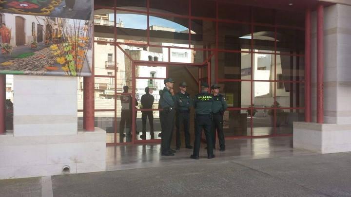 La Guardia Civil efectúa un registro en el Ayuntamiento de Alcanar (Tarragona).