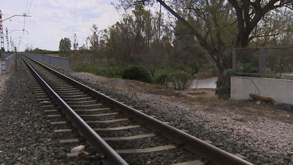 La Guardia Civil trata de identificar a dos jóvenes que fueron grabados con un móvil enganchados en un tren de Valencia