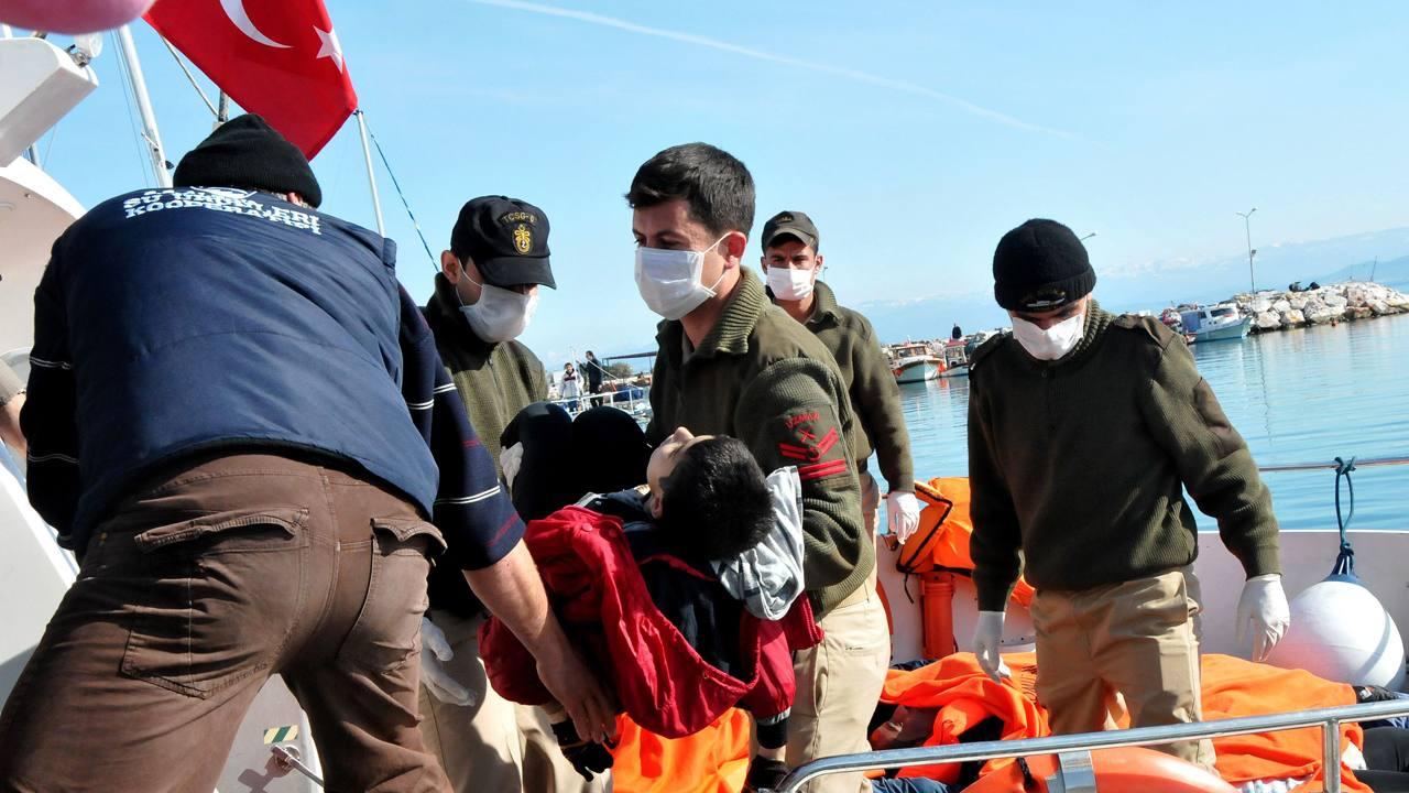 La guardia costera turca saca el cuerpo de un joven de un barco de rescate en Balikesir