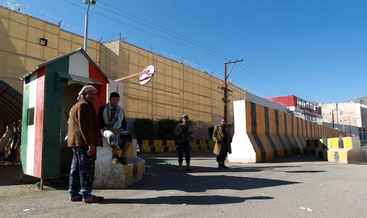 Guardias yemeníes custodian la embajda de Italia en Saná