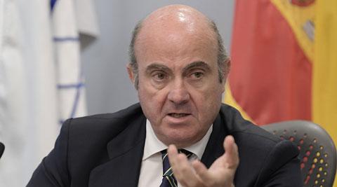 Ir al VideoDe Guindos confirma que el Gobierno revisará a la baja la previsión de crecimiento por la crisis de Cataluña