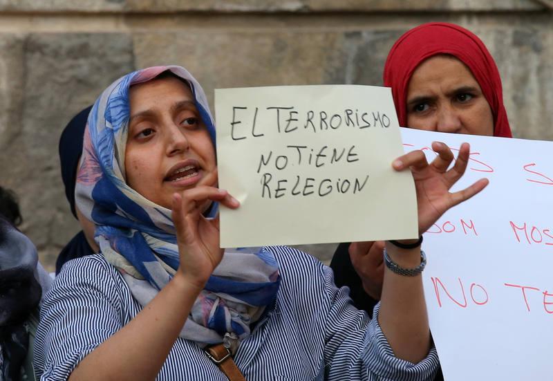 Hafida Oukabir, hermana de uno de los terroristas abatidos en Cambrils sostiene una pancarta que reza: