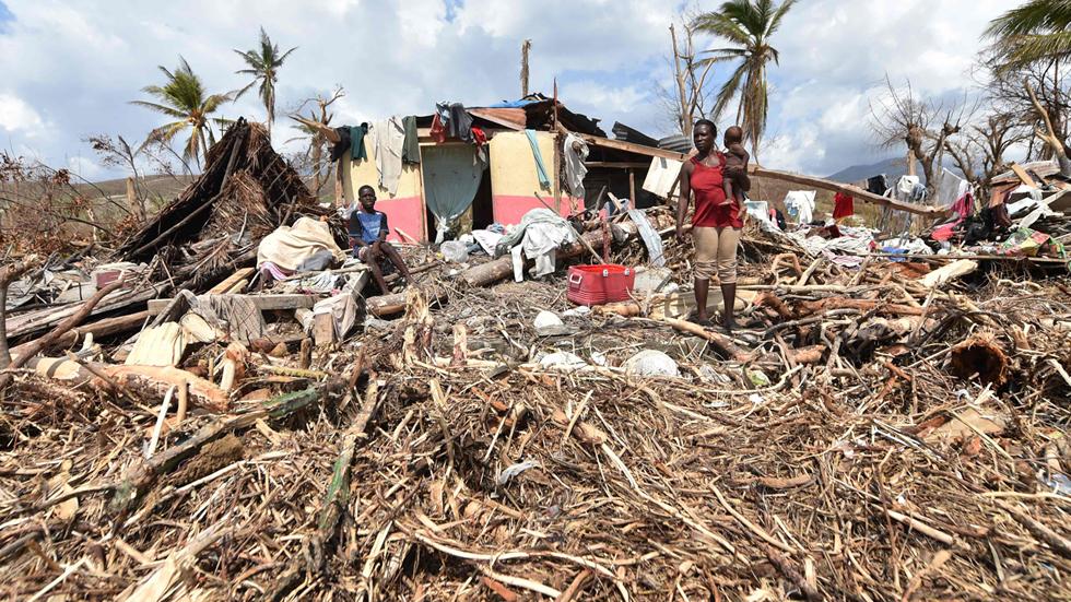 Haití entierra a sus muertos y recibe ayuda humanitaria