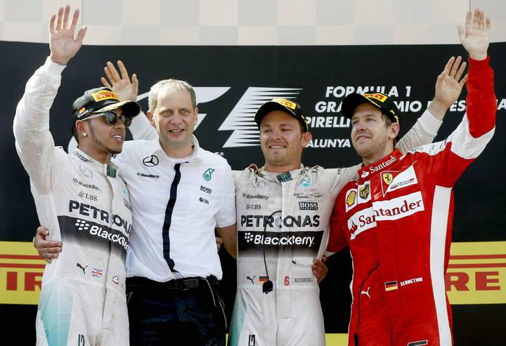 Hamilton, Rosberg y Vettel, con Paddy Lowe (Mercedes) entre ellos, en el podio de Montmeló