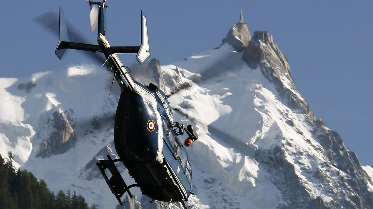 Un helicóptero de rescate de la Gendarmería francesa sobrevuela Chamonix