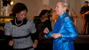 Hillary Clinton se mueve con ritmos africanos