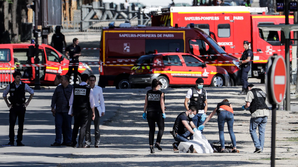 Un hombre armado muere al embestir su coche contra un furgón policial en los Campos Elíseos