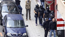Ir al VideoUn hombre está atrincherado dentro de un bar con un arma de fuego en Zaragoza