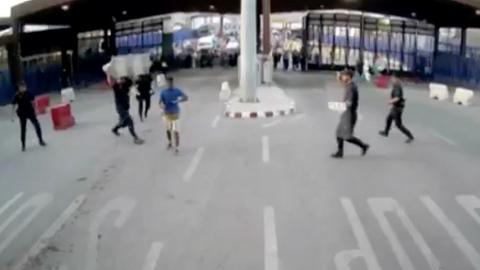 """Un hombre hiere con un cuchillo a un policía en la frontera de Melilla al grito de """"Alá es grande"""""""
