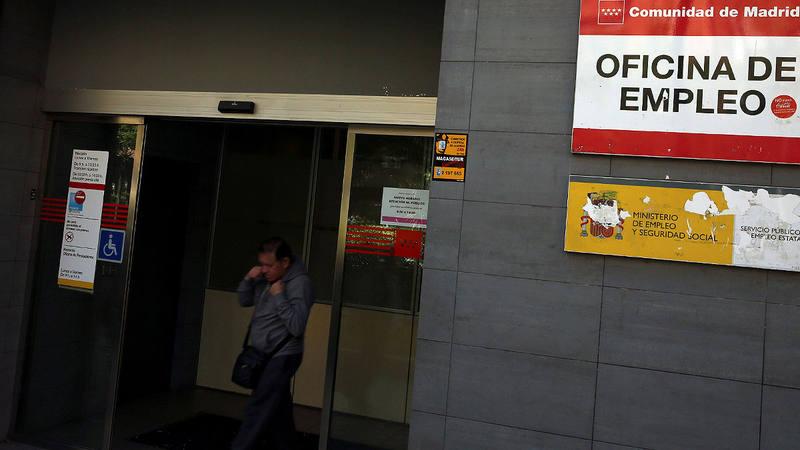 El paro baja en personas en abril for Oficina fedex madrid